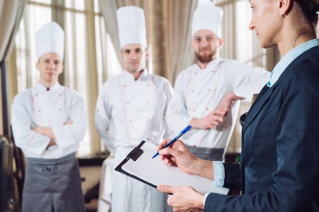 Direttore del ristorante e il suo staff in cucina. Foto Premium