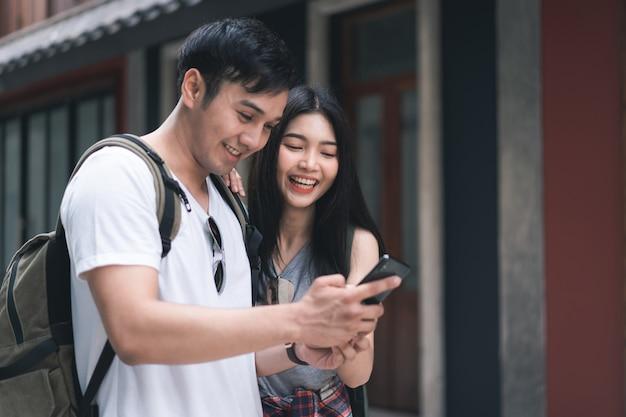 Direzione asiatica delle coppie del viaggiatore sulla mappa di posizione a pechino, cina Foto Gratuite