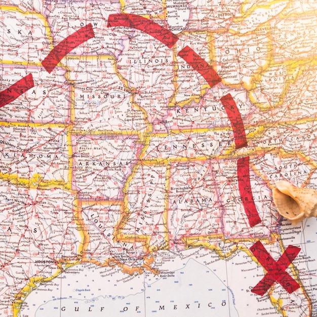 Direzione rossa sulla mappa con il luogo segnato Foto Gratuite