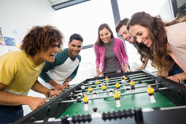 Dirigenti felici giocando a calcio balilla Foto Premium