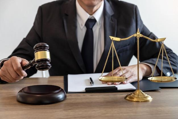 Diritto, avvocato e concetto di giustizia, avvocato o notaio che lavorano su documenti e relazione sul caso importante nello studio legale Foto Premium