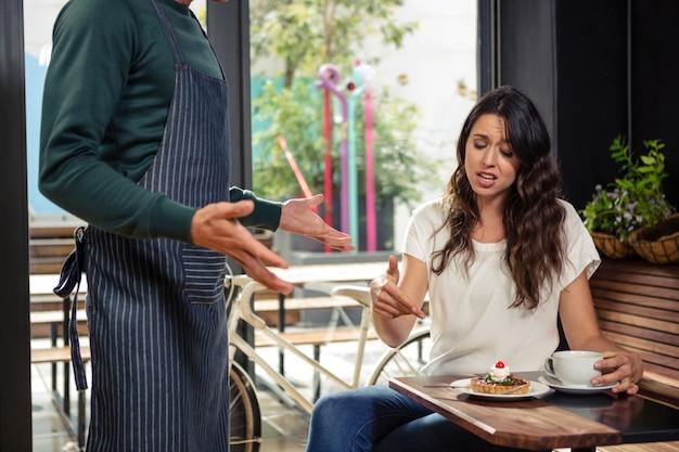 Disaccordo tra un cameriere e un cliente Foto Premium