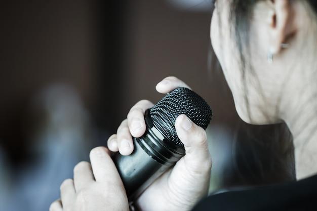 Discorso astuto della donna di affari e parlare con la conversazione del microfono Foto Premium