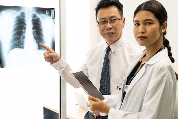 Discussione di medici professionisti Foto Premium