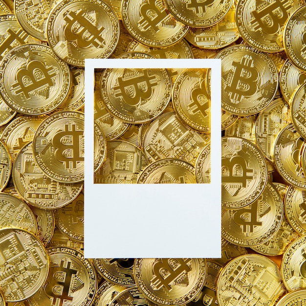 Disegna lo spazio su una pila di contanti bitcoin Foto Gratuite
