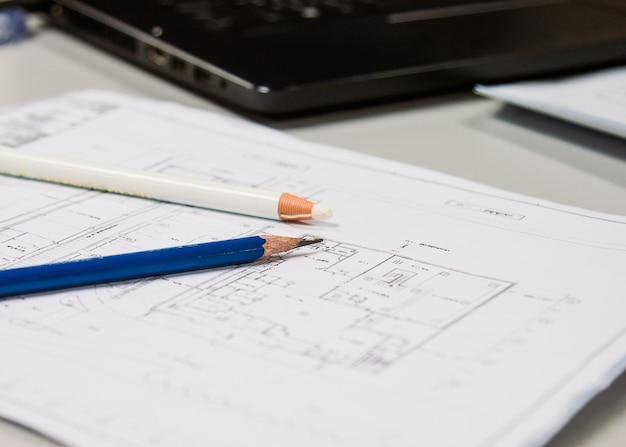 Disegni a matita disposto sul documento di dati di costruzione nel concetto la tua presentazione, fuoco molle. Foto Premium