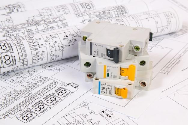 Disegni di ingegneria elettrica e interruttore modulare. Foto Premium