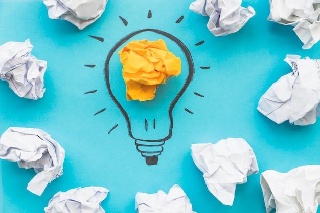 Disegno a bulbo con carta accartocciata leggera Foto Gratuite