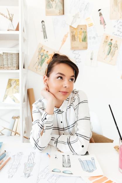 Disegno di pensiero grazioso dell'illustratore di modo della donna Foto Gratuite