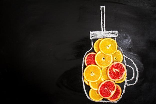 Disegno di una brocca con fette d'arancia Foto Gratuite