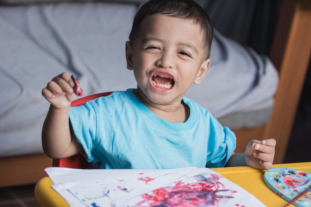 Disegno e pittura del bambino Foto Premium