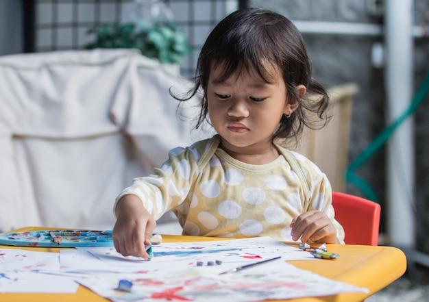 Disegno e pittura della ragazza Foto Premium