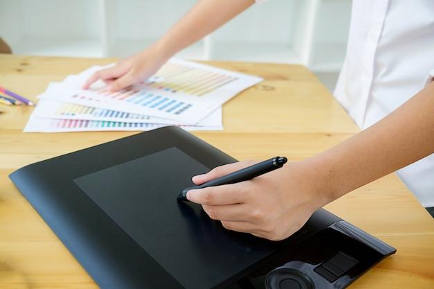 Disegno Uomo Alla Scrivania : Immagini belle il computer portatile i phone scrivania