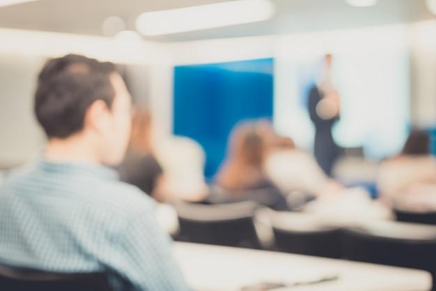 Disfocus del relatore che parla durante una conferenza di lavoro aziendale. Foto Premium