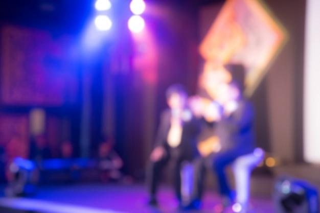 Disimpegno di due oratori sul palcoscenico con vista posteriore del pubblico nella sala delle conferenze o nella riunione dei seminari, nel concetto di economia e istruzione Foto Premium