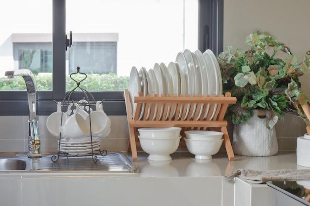 Dispensa moderna con l'utensile in cucina Foto Premium