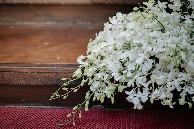 Disporre i fiori con orchidee bianche. Foto Premium