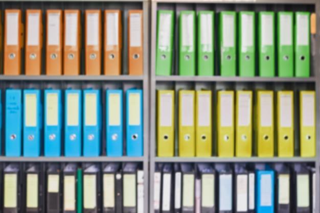 Dispositivi di piegatura vaghi del documento dell'ufficio che stanno in una fila sull'archiviazione di documenti per fondo Foto Premium