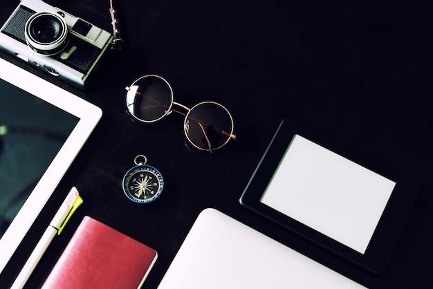 Dispositivo di business e tecnologia sul tavolo nero con spazio copia gratuita. Foto Premium