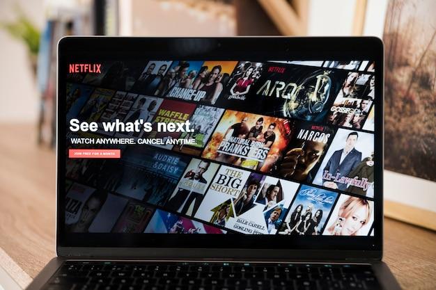 Dispositivo tecnologico con app netfilx Foto Gratuite