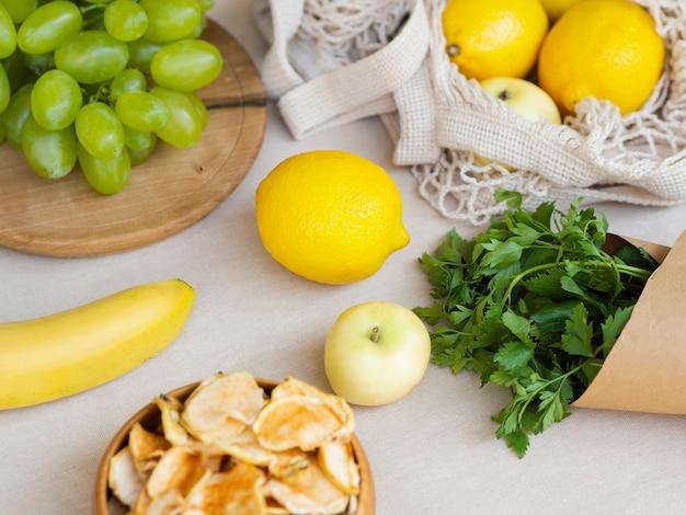 Disposizione ad alto angolo con frutta e prezzemolo Foto Gratuite