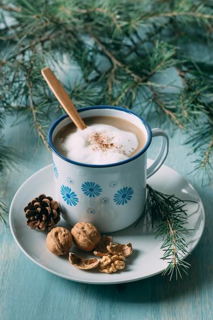 Disposizione ad alto angolo con una tazza di cioccolata calda Foto Gratuite