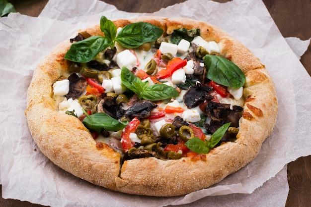 Disposizione ad angolo alto con pizza Foto Gratuite