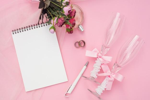Disposizione artistica di nozze su fondo rosa Foto Gratuite