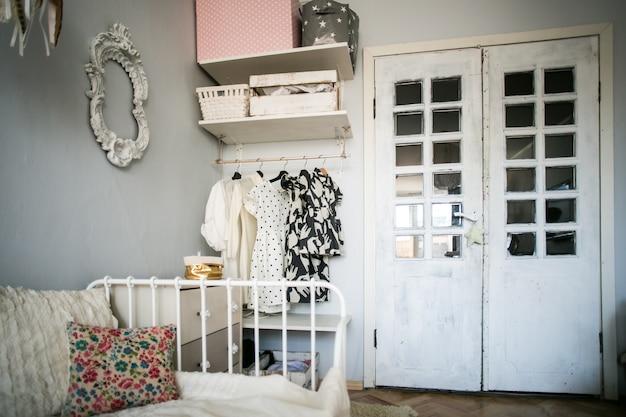 Disposizione camera da letto e armadio aperto | Scaricare foto Premium