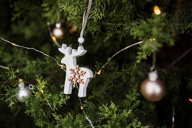 Disposizione con decorazione ad albero di natale a forma di renna Foto Gratuite
