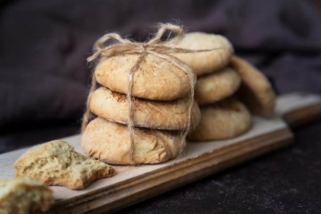 Disposizione con deliziosi biscotti su tavola di legno Foto Gratuite