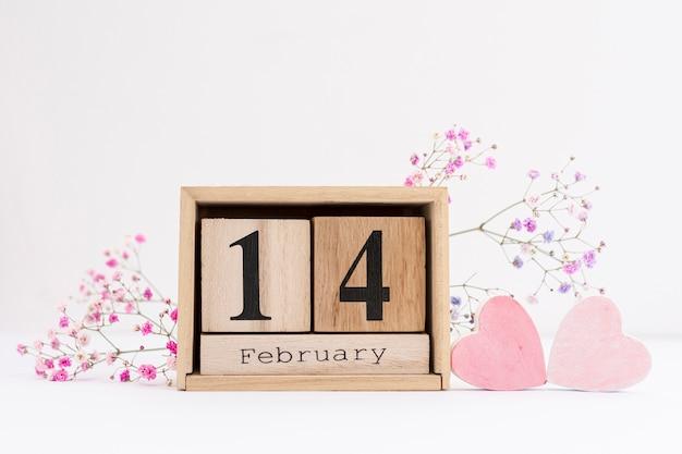 Disposizione con fiori e forme di cuore rosa Foto Gratuite