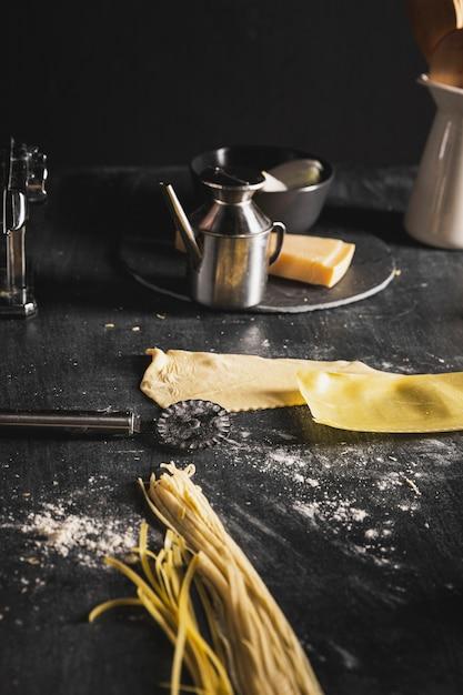Disposizione con pasta per spaghetti sul tavolo nero Foto Gratuite