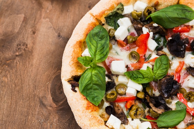 Disposizione con pizza e copia-spazio Foto Gratuite
