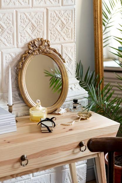 Disposizione con specchio e profumo sul tavolo di legno Foto Gratuite
