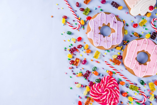 Disposizione creativa dei dolci, concetto del dessert Foto Premium