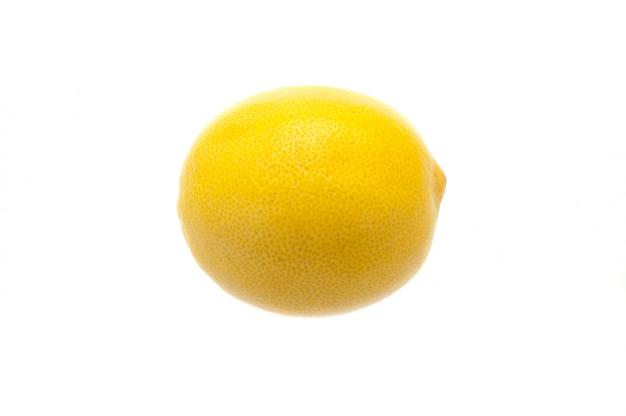 Disposizione creativa di un limone su una priorità bassa bianca. Foto Premium