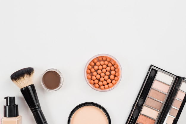 Disposizione da prodotti di bellezza cosmetici posa su sfondo bianco Foto Gratuite