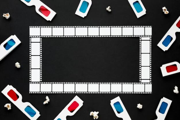 Disposizione degli elementi cinematografici su sfondo nero con cornice cinematografica Foto Gratuite