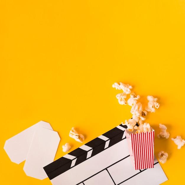 Disposizione degli elementi del cinema con lo spazio della copia Foto Gratuite