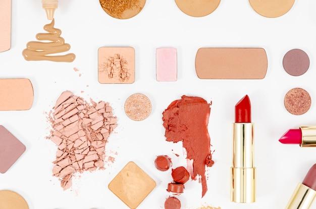 Disposizione dei cosmetici colorati su sfondo bianco Foto Gratuite