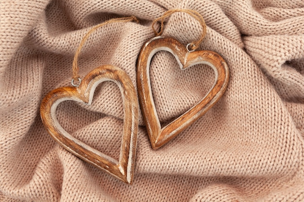 Disposizione dei cuori di legno sul maglione caldo. piana orizzontale. Foto Premium