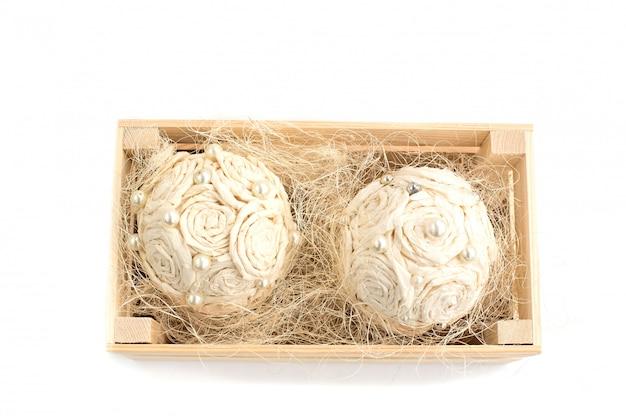 Disposizione dei fiori decorativi in una scatola di legno Foto Premium
