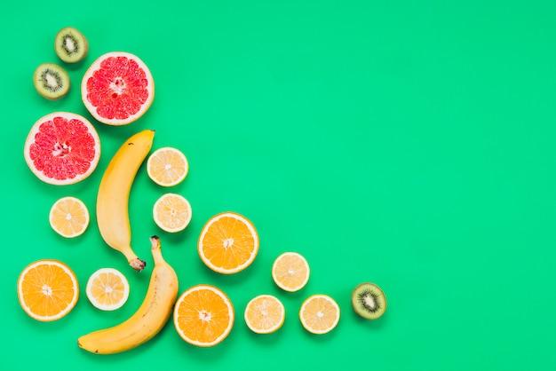 Disposizione dei gustosi frutti esotici a fette Foto Gratuite