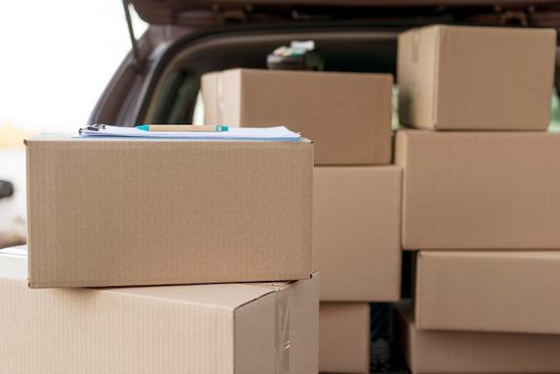 Disposizione dei pacchetti in auto Foto Gratuite