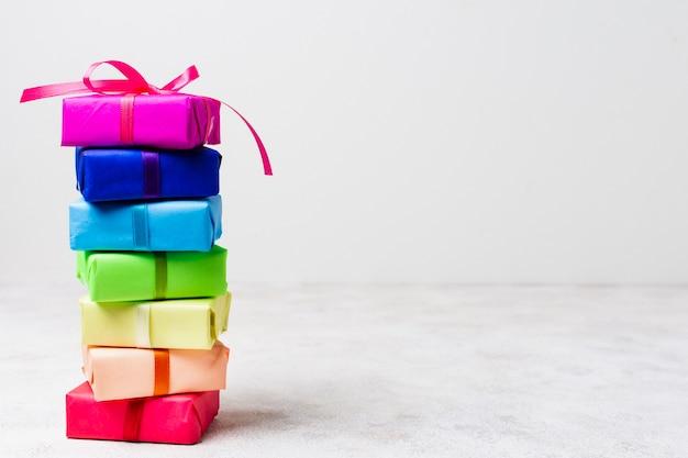 Disposizione dei regali dell'arcobaleno con lo spazio della copia Foto Gratuite