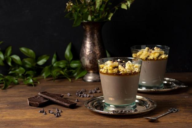 Disposizione dei tavoli per dessert mousse Foto Gratuite