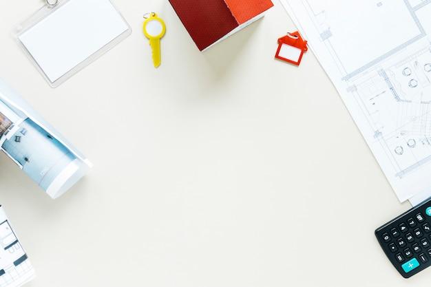 Disposizione del calcolatore; planimetria; modello di casa e chiave su sfondo bianco Foto Gratuite