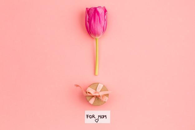 Disposizione del presente e fiore per la mamma Foto Gratuite