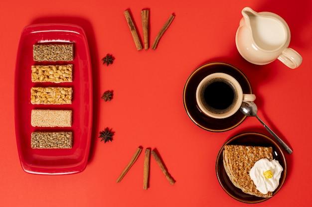 Disposizione della colazione dolce vista dall'alto su sfondo chiaro Foto Gratuite